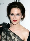 Kristen Stewart marries Robert Pattinson with a diamant� and pearl comb in her hair