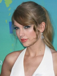 Taylor Swift channels Marilyn Monroe as skirt blows up at Teen Choice Awards ...