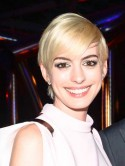 Blonde Anne Hathaway nods to the swinging sixties with a hot new pixie crop